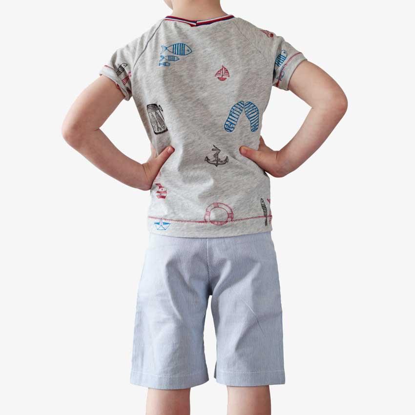 Kinder T-Shirt aus hellgrauer Baumwolle mit maritimen Motiven in blau und rot