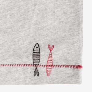 Detailansicht von Kinder T-Shirt aus hellgrauer Baumwolle mit maritimen Motiven