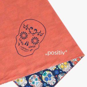 Detailansicht von Kinder Kopftuch mit mexikanischen Totenköpfen, dunkelblau-bunt