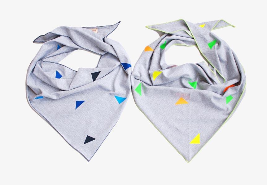 Kinder Halstücher hellgrau mit blauen und neon Dreiecken