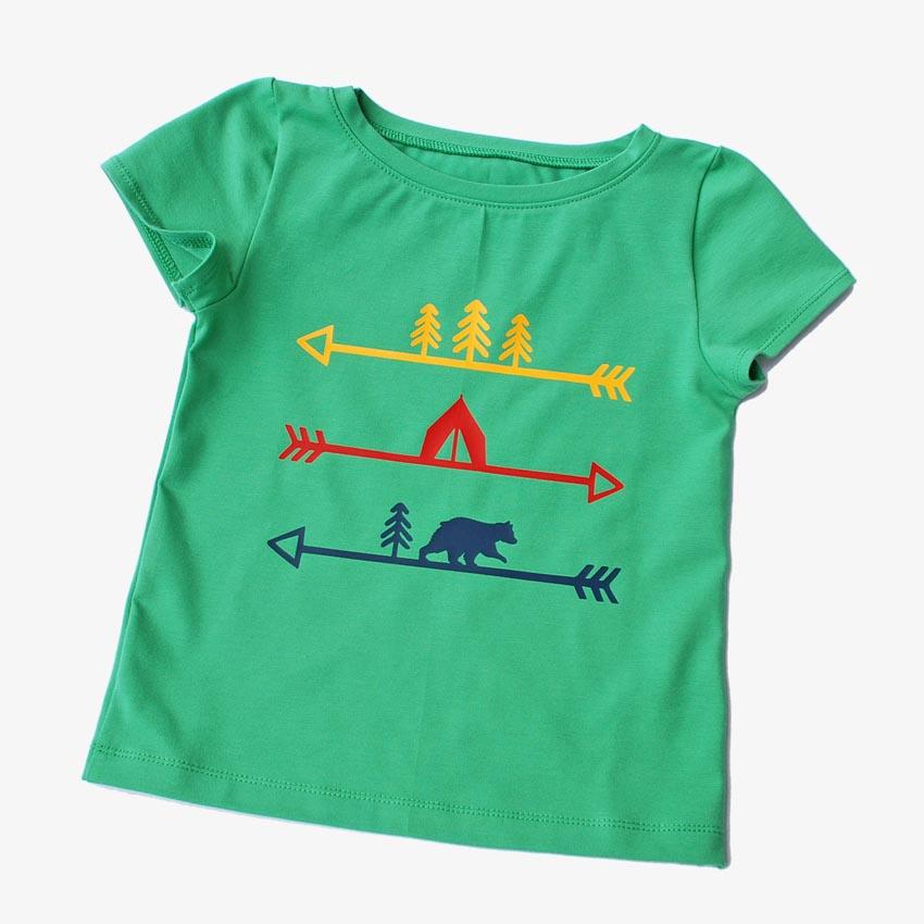 Kinder T-Shirt, grün mit Indianercamp-/Pfeilmotiv in bunt