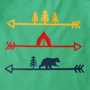 Detailansicht von Kinder T-Shirt, grün mit Indianercamp-/Pfeilmotiv in bunt