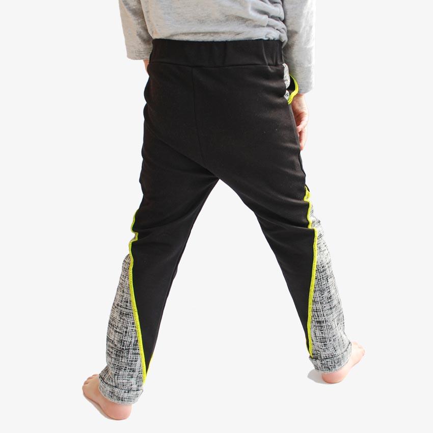 Kinder Jogger schwarz mit Kontrasteinsatz an Beinen und Taschen und Ziernaht in neon-gelb