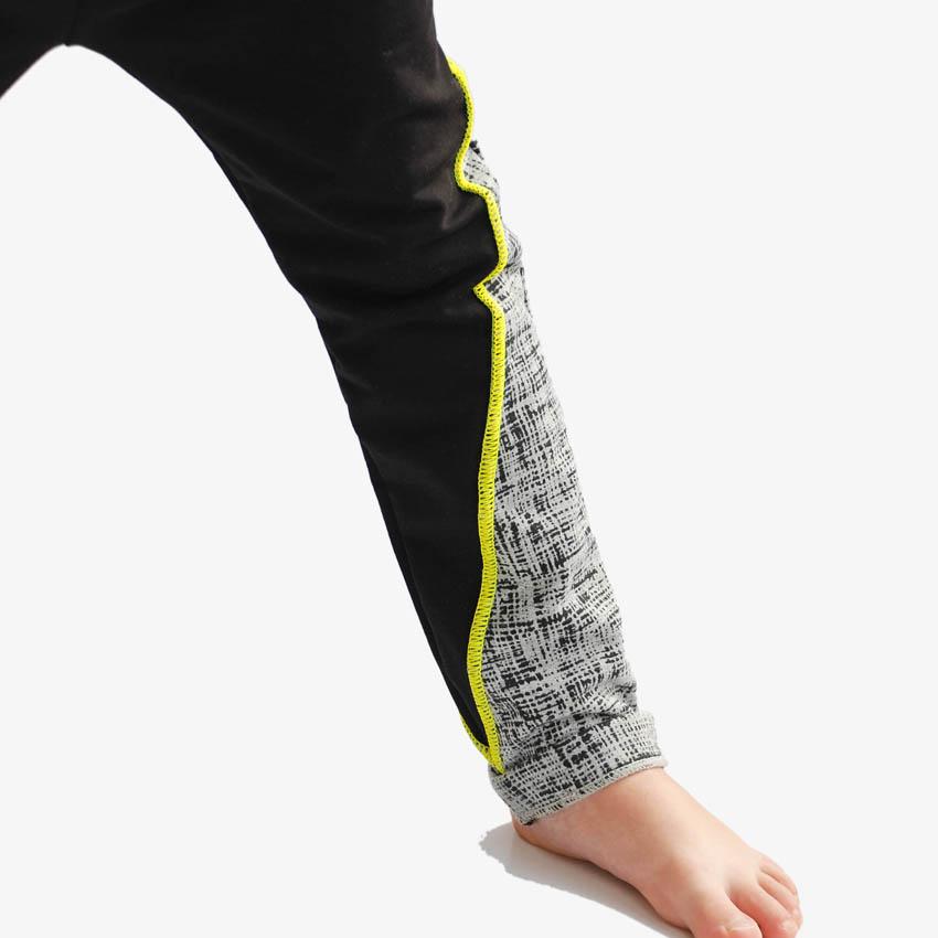 Detailansicht Hosenbein von Kinder Jogger schwarz mit Neonnaht
