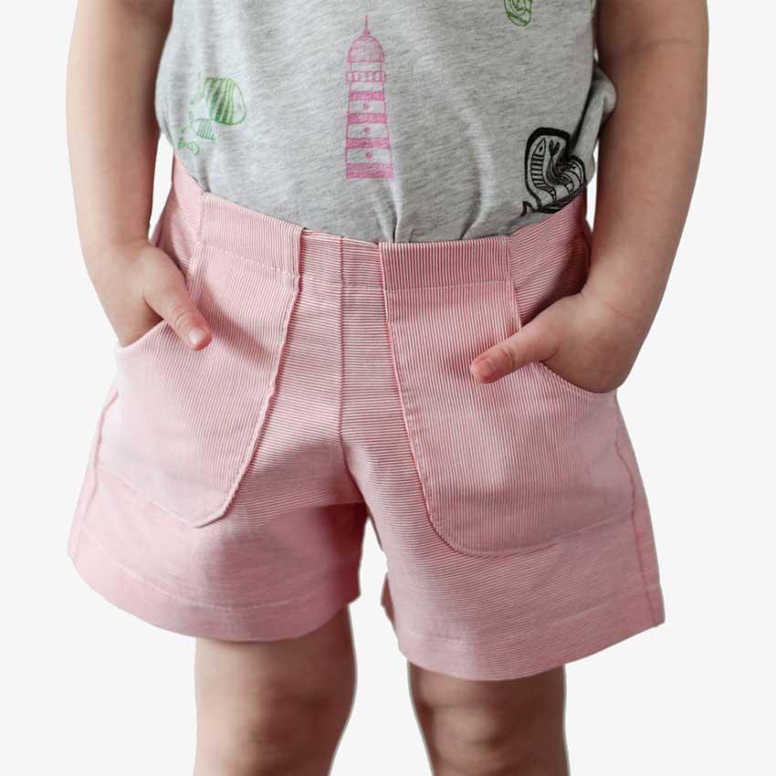 Detailansicht von Kinder Shorts mit Fronttaschen in rot-weiß-gestreift