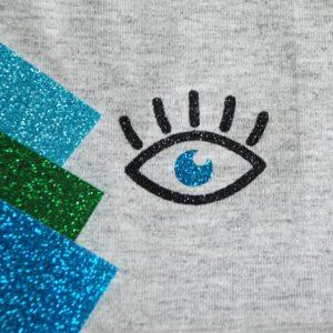 Detailansicht und Farbauswahl für Beanie hellgrau mit Augen, Augenzwinkern
