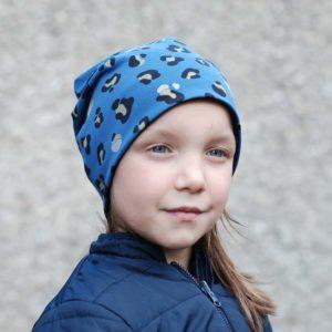 Mädchen mit blauer Mütze mit Leoprint