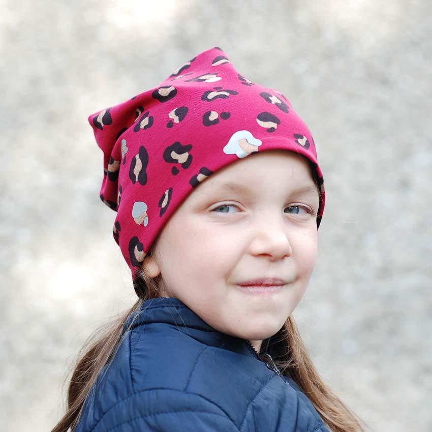 Mädchen mit roter Mütze mit Leoprint