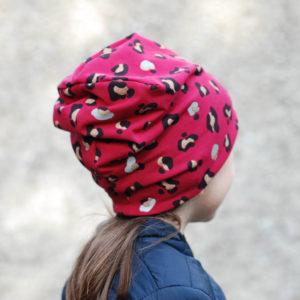 Rückansicht von Mädchen mit roter Mütze mit Leoprint