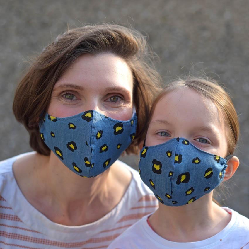 Mama und Tochter mit Mundmasken in jeansblau mit Leoprint
