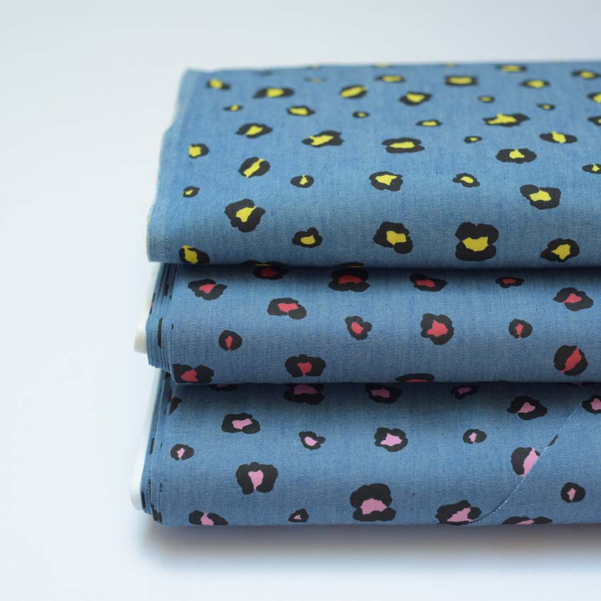 Baumwollstoffe in jeansblau mit buntem Leoprint