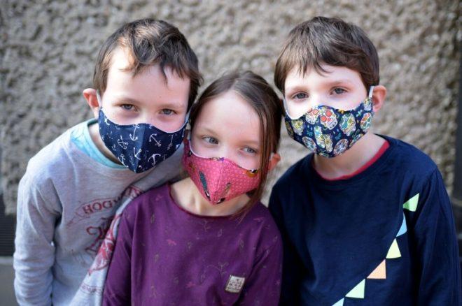 Beitragsbild zu Blogbeitrag mit Kindern mit bunten Mundmasken
