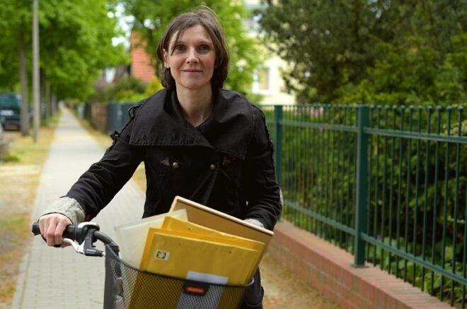 Blogbeitragsbild Danke - Frau mit Fahrrad und Briefumschlägen (Bestellungen) im Fahrradkorb