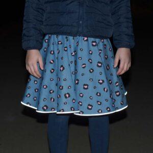 Kinderrock in jeansblau mit rosa Leoprint und reflektierendem Saum