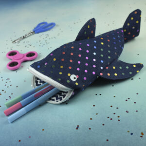 Walhai Stiftemäppchen aus Jeans mit Regenbogen Punkten und Stifte-Deko