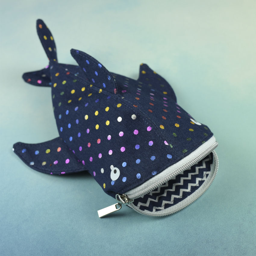 Walhai Stiftemäppchen aus Jeans mit Regenbogen Punkten und weißem Reißverschluss