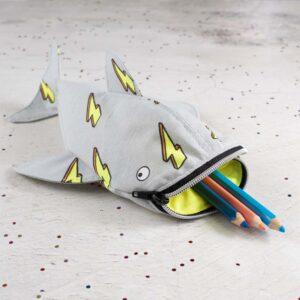 Walhai Stiftemäppchen aus Canvas hellgrau und neongelbem Print und Stiftedeko