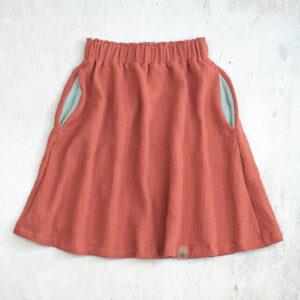 Knielanger Musselinrock für Kinder in altrosa (rusty-rose) mit mintfarbenen Eingrifftaschen