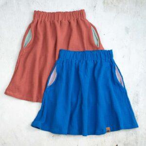 Knielange Musselinröcke für Kinder in altrosa (rusty-rose) und royalblau (azur) mit kontrastfarbenen Eingrifftaschen