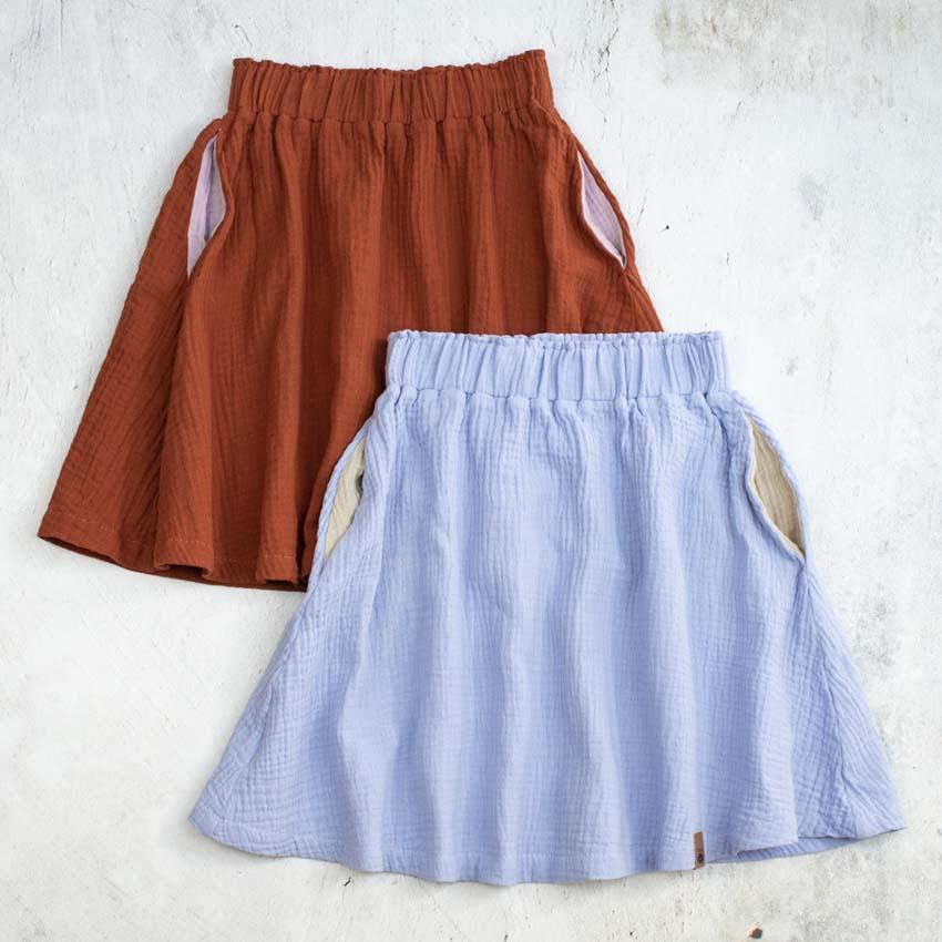 Knielange Musselinröcke für Kinder in rost und pastelllila (flieder) mit kontrastfarbenen Eingrifftaschen