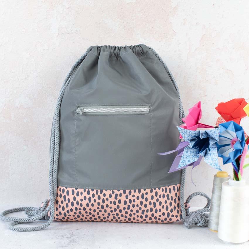 Turnbeutel Rucksack reflektierend mit hellrosa Kunstleder Boden mit Tupfen und Deko