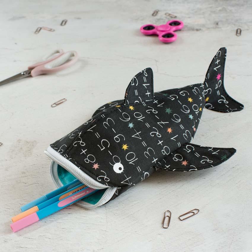 Stiftemäppchen Walhai Rechenmeister in schwarz mit weißem Zahlenprint und Reißverschluss